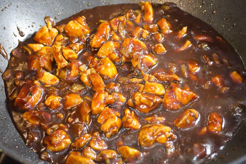 Stap 4: voeg de ketjap en kruiden toe